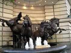 Google Image Result for http://pher.ch/photos/cities/london/Horse%2520Statue%2520at%2520Picadilly%2520Circus.jpg