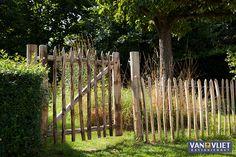 Kastanje veldpoorten vormen een prachtig geheel met het gekloofd latten hekwerk, ze zijn gemaakt van hetzelfde duurzame kastanjehout.