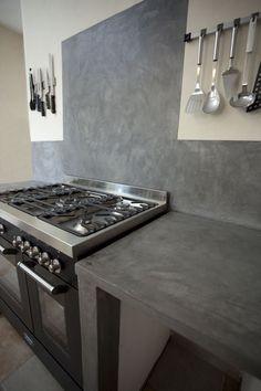 Tadelakt Grey Countertops and Shelves in Parisian Kitchen Dirty Kitchen Design, Kitchen On A Budget, Interior Design Living Room, Kitchen Worktop, Kitchen Tiles, Kitchen Decor, Beton Design, Concrete Design, Micro Concrete