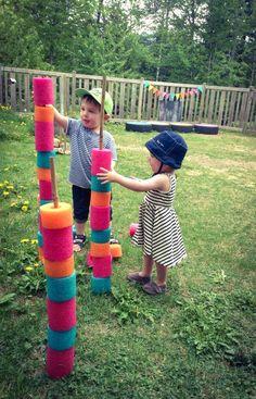 On enfile des rondelles de nouilles de piscine sur des tiges de bambou. En mettre à différentes hauteurs pour que tout le monde soit capable de le faire tout en ayant un peu de défi. Pour les plus grands, préparer des fiches de différentes séquences qu'ils pourront reproduire avec les rondelles.