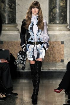 "VOGUE fashion | trends | 冬の美脚作りは、サイハイブーツのアンチ""絶対領域""宣言から! | 1"