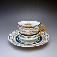 透明感のある薄いピンクのローズガーランドとデリケートの金彩が美しいカップ&ソーサーをご紹介しております。ぜひご覧くださいませ。 ⇩ http://eikokuantiques.com/?pid=91069773