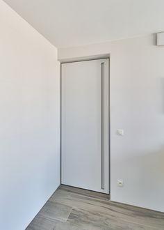 Custom-made White Interior Door With A Vertical Built-in Handle - Binnendeuren Minimalist Interior, Minimalist Living, Contemporary Interior, Modern Interior Design, White Interior Doors, Aluminium Doors, Door Design, New Homes, Pantry