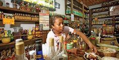 La historia del mezcal, bebida caída del cielo. Conoce la historia del mezcal, bebida típica de México. Además te hablamos de los distintos tipos de mezcal...