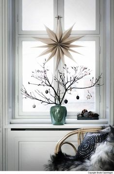 Christmas Window Decor Ideas - Holiday Window Decorations Dream Houses We often find that, when it comes to Christmas window decor, there are lots of options, but not all of them are suitable for our Christmas decorations. Scandinavian Christmas Decorations, Decoration Christmas, Nordic Christmas, Noel Christmas, Xmas Decorations, Winter Christmas, Simple Christmas, Modern Christmas, Holiday Decorating