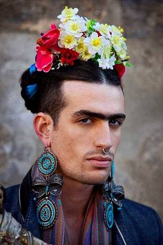 Photo by Luis Carlos Aguayo - Frida Kahlo interpreation - powerful - thought… Frida E Diego, Frida Art, Diego Rivera, Gender Bender, Tableaux Vivants, Foto Portrait, Flower Boys, People Of The World, Androgynous