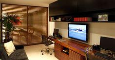Com o objetivo de integrar o ambiente de trabalho aos espaços sociais, o plano de reforma dos arquitetos Fábio Bouillet e Rodrigo Jorge previu um brise de madeira que se alinha ao mobiliário em ripas e oferece transparência entre os espaços.