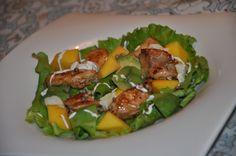SOLATA S PIŠČANCEM MANGOM IN AVOKADOM - Sestavine: za 2 osebi: * 1 piščančji file (ali 2 x piščančje stegno) * zelena solata, rukola * avokado * mango * brie sir * sol, poper * olivno olje * imonin sok * konopljina semena * česnova omaka; Priprava: http://www.malinca.si/blog/solata-s-piscancem-mangom-in-avokadom/
