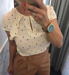 Blusa crepe poá  R$125,90 Tam P(38) M(40) ▶️Compras pelo site www.sibellemodas.com.br✔️ ▶️Aceitamos todos os cartões de crédito ▶️Cartão de crédito  06x sem juros Paypal ou 04 x sem juros Pagseguro ▶️Desconto a vista 8% (Depósito ou Transf) ▶️Whatsapp(11)961837847 ▶️Frete Grátis acima R$320,00 Moda Fashion, Cute Fashion, Fashion Art, Womens Fashion, Sewing Blouses, Look Plus, Moda Plus Size, Dressed To Kill, Work Attire