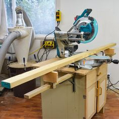 Adding folding extension arms to your miter saw table is a great way to add versatility without taking up room. Miter Saw Bench, Diy Miter Saw Stand, Mitre Saw Stand, Woodworking Ideas Table, Woodworking Skills, Garage Tool Organization, Tool Storage, Sliding Mitre Saw, Mitre Saw Station
