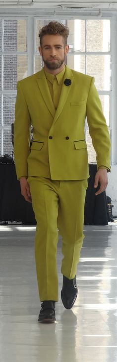 Earlier this week DARKOH made its debut on the runway during New York Fashion Week, making girls go gaga and men green with envy. The young menswear brand was recently launched by German designer … Men's Fashion Brands, Fashion Show, Luxury Fashion, Fashion Design, Mens Fashion Wear, Green Suit, Blazers For Men, Men Looks, Man