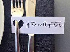 Manchmal bedarf es nur weniger Worte, um ganz viel zu sagen. :-) Diesen kleinen Anhänger könnt ihr an Besteck, am Trinkglas oder der Serviette eurer Gäste anbringen und damit elegant aufs Essen...