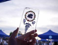El Yapımı Telefon Kapakları ,  #elyapımıtelefonkapakları #evdetelefonkı #telefonkapağısüsleme #telefonkılıfısüslememodelleri , Telefon kılıfı yapımı silikonsuz çok güzel bir model hazırladık. Kristal reçine ve canlı çiçek ve yapraklarla yapılmış çok güzel bir...