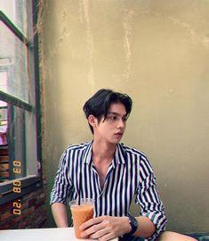 the series 👬❤ Bright Vachirawith Pretty Boys, Cute Boys, Bright Wallpaper, Bright Pictures, Ulzzang Couple, Park Chanyeol, Attractive Men, Handsome Boys, Boyfriend Material