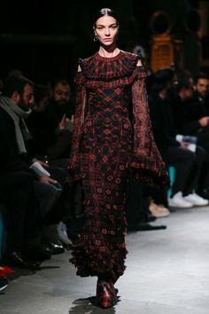 VOIR LES 13 LOOKS       Découvrez toutes les images du défilé Givenchy haute couture printemps-été 2017 présenté à la Bibliothèque Nationale de France lors de la Fashion Week homme automne-hiver 2017-2018.