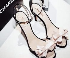 Die Landebahn von Chanel hatte ihren eigenen Ozean und Rettungsschwimmer im Dienst 60 Cute Homecoming Shoes To Look Pretty Here are 60 homecoming shoes to match yo… pin – 🤠 Prom Heels, Shoes Heels, Heels Outfits, Pumps, Cute Shoes, Me Too Shoes, Fashion Models, Fashion Shoes, Fashion Images