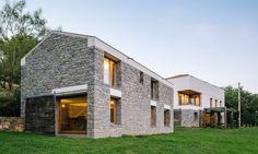Toda a casa é construída em fábrica, sendo depois transportada para o local sugerido pelo cliente e montada em apenas três dias.