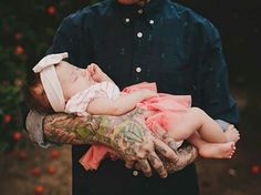Heartwarming images of tattooed parents with their children Mommy Tattoos, Parent Tattoos, Funny Tattoos, Family Tattoos, Dylan Sprayberry, Young Parents, Foto Baby, Baby Poses, 2 Instagram