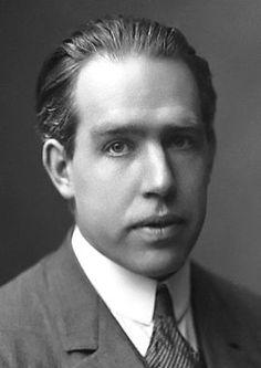 * Niels Bohr * {Niels Henrick Davis Bohr}. (Copenhague, 07/Outubro/1885 - Copenhague, 18/Novembro/1962). Físico dinamarquês.  Prêmio Nobel de Física de 1922.