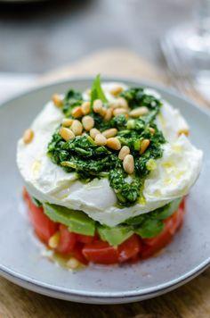 capresetaart, mozzarella weglaten of vervangen door vegan cheese Veggie Recipes, Vegetarian Recipes, Cooking Recipes, Healthy Recipes, Salad Recipes, I Love Food, Good Food, Yummy Food, Salade Caprese