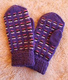 Pia Tuonosen neuleblogi: Karkkipäiväkö? Knitting For Kids, Knitting Socks, Knitted Hats, Knit Socks, Girls Knitted Dress, Knit Dress, Slipper Boots, Mittens, Gloves