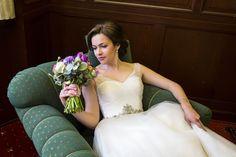 Die bezaubernde Braut Brautstrauß mit Frühlingsblumen #brautstrauß #tupen #anemone #ranunkeln  #olga #fischer @olgafischer_weddings                           Braustrauß: www.olga-fischer.de