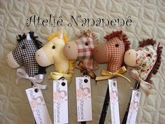 But with felt for pencil toppers!These are pencil horses . kind of like stick horses only smaller. I remember my daughter had a stick horse when she was 4 or 5 named .A turma está completa.Orrego Design favorite photos and videos Felt Crafts, Fabric Crafts, Diy And Crafts, Crafts For Kids, Arts And Crafts, Sewing Toys, Sewing Crafts, Craft Projects, Sewing Projects