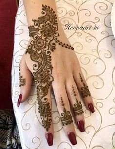 Mehndi henna designs are always searchable by Pakistani women and girls. Women, girls and also kids apply henna on their hands, feet and also on neck to look more gorgeous and traditional. Easy Mehndi Designs, Latest Mehndi Designs, Henna Tattoo Designs, Henna Tattoos, Mehndi Tattoo, Henna Tattoo Muster, Pretty Henna Designs, Mehndi Designs For Girls, Indian Mehndi Designs