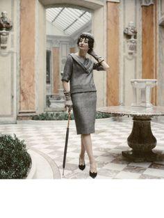 Dior, Robe Macadam, collection Haute Couture printemps-été 1959, ligne Longue La vicomtesse Jacqueline de Ribes, fidèle cliente de Dior, photographiée dans l'hôtel particulier de ses beaux-parents.