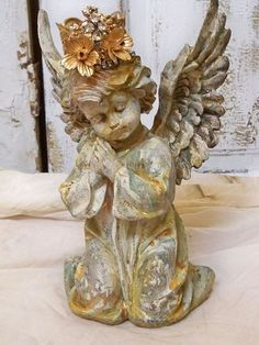 Hand painted praying angel statue with crown by … / Anjos