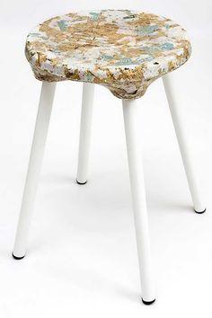 Kulla Design. Produtos produzidos artesanalmente a partir de uma mistura de sacolas plásticas recicladas e serragem. No site www.kulladesign.com é possível acompanhar o processo de produção.
