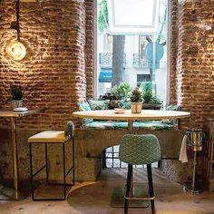 Hay espacios que cuentan cosas y éste reúne tienda de ultramarinos, restaurante y café en uno. Las reuniones en lugares así son otra historia  #places #igersmadrid #breakfast #morningcoffee #restaurant #brickwall #deco #style