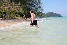 Op strand op klein eilandje bij Koh Lanta in de buurt.