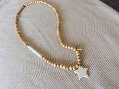 Collier sautoir avec pendentif étoile en céramique émaillée, perles rondes en bois naturel et blanches : Collier par les-envoutantes