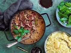 Älggrytamed kantareller | Recept från Köket.se Hummus, Nom Nom, Food And Drink, Ethnic Recipes, Camino De Santiago, Bakken