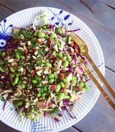 Denne spidskålssalat lavede jeg til en familiefrokost for et stykke tid siden. Læs videre, og få opskriften! Veggie Recipes, Salad Recipes, Vegetarian Recipes, Cooking Recipes, Healthy Recipes, Waldorf Salat, Greens Recipe, Recipes From Heaven, Superfood