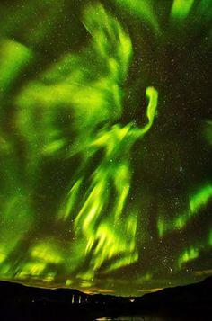 Le photographe Hallgrimur P. Helgason a capté ces incroyables images d'une aurore boréale à Kaldrsel, en Islande. Un imposant phénix semble apparaitre dans le ciel, illuminant la nature environnante.