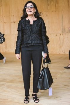 Glória Kalil veste blazer Armani, calça acervo, bolsa Carolina Herrera e sapato Roger Vivier #StreetStyle #SPFW