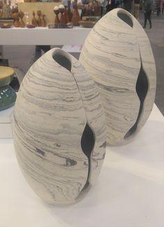 Estes elementos esculturais representam bem o conceito de volumetrias mais arredondadas. O branco e o cinza que puxam tons de bege e cinza também são uma forte tendência para as utilidades domésticos. Foto: Equipe Oxford.