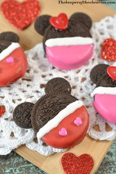 Mickey and Minnie dipped Oreo cookies for Valentine's Day. Easy fun dessert idea for classroom parties and other holiday events! Valentine Desserts, Valentines Day Treats, Valentine Cookies, Valentine Day Crafts, Holiday Treats, Holiday Recipes, Valentine Food Ideas, Valentines Recipes, Disney Valentines