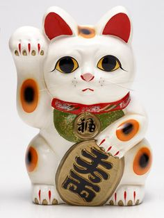 I have been trying to find a giant right-pawed maneki neko for AGES. (and doesn't this one look familiar...)