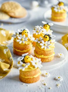 A perfect mini morsel for any afternoon 'bee' party, these lovely little bakes lift out easily from our 12 Hole Loose-Based Mini Sandwich Tin and stack up prettily with their topping of flowers and buzzy bees. Mini Cakes, Cupcake Cakes, Baby Cupcake, Nake Cake, Baking Recipes, Dessert Recipes, Cupcake Recipes, Cute Baking, Bee Cakes