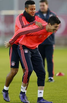 Lewandowski and Thiago Alcantara training.  Because you never know when you're going to have to give your teammate a lift to reach the cross, haha!