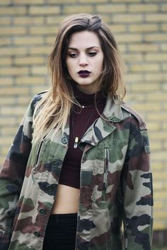 Good Idea For Those Army Jackets You Went Gaga On Last Year. /// Fall Looks Black Lipstick Teen Outfits Fit Body Dainty Necklaces Made Tough Rocker Estilo Grunge, Grunge Outfits, Fashion Outfits, Geek Fashion, Estilo Rock, Vogue Uk, Visual Grunge, Moda Punk, Grunge Makeup
