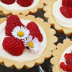 Tartaletky#sedmikrásky #tartaletky #maliny #daisies #tartlets #raspberries Cheesecake, Instagram Posts, Desserts, Food, Tailgate Desserts, Deserts, Cheesecakes, Essen, Postres