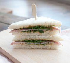 Sandwich met beenham en honing-mosterdsaus