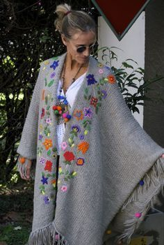 Las Dumas crochet flower shawl for comfortable boho,gypsy,mexican chic Más Mexican Embroidery, Wool Embroidery, Embroidery Stitches, Flower Embroidery, Bonnet Crochet, Crochet Shawl, Knit Crochet, Crochet Clothes, Diy Clothes
