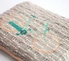 Las vegas petit straw. Pochette in handwoven fabric. 80 % linen 20 % cotton. Embrodery Bicycle. Lontra linen.