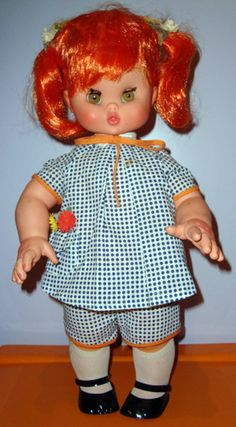PAR AMOUR DES POUPEES  FELICINA, 48CM, 1968, FURGA Felicina est une poupée à disques interchangeables ; selon le disque que l'on insère dans son dos, elle parle, chante ou récite une poésie.
