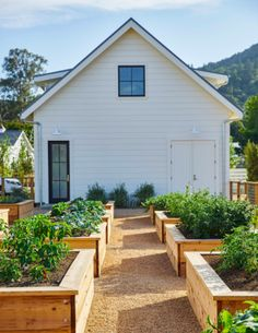 Having vegetable garden is no longer a laborious and expensive dream. With these vegetable garden design ideas, you can get fresh harvests wherever you live. dream garden Best 20 Vegetable Garden Design Ideas for Green Living Raised Vegetable Gardens, Veg Garden, Vegetable Garden Design, Garden Boxes, Vegetables Garden, Vegetable Gardening, Potager Garden, Raised Gardens, Veggie Gardens